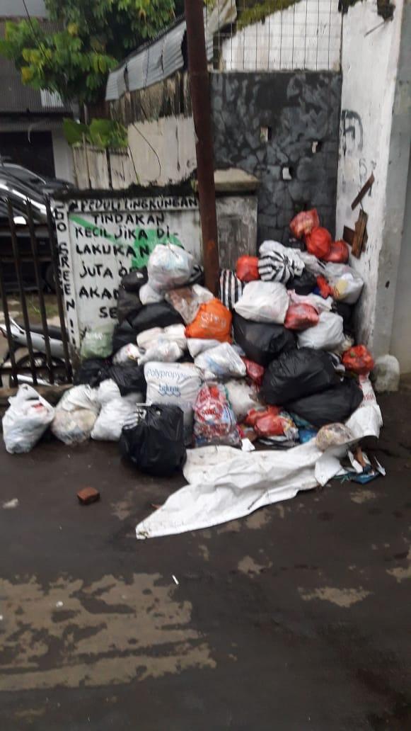 Tumpukan sampah di gang gaya ika cibadak