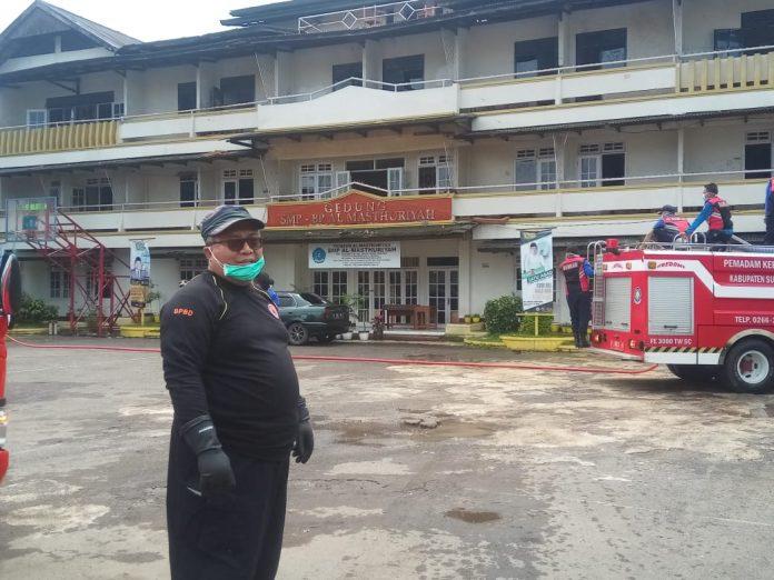 Bupati Sukabumi H. Marwan Hamami Saat Melakukan Penyemprotan Disinfektan Di Linkungan Ponpes Al Masthuriyah