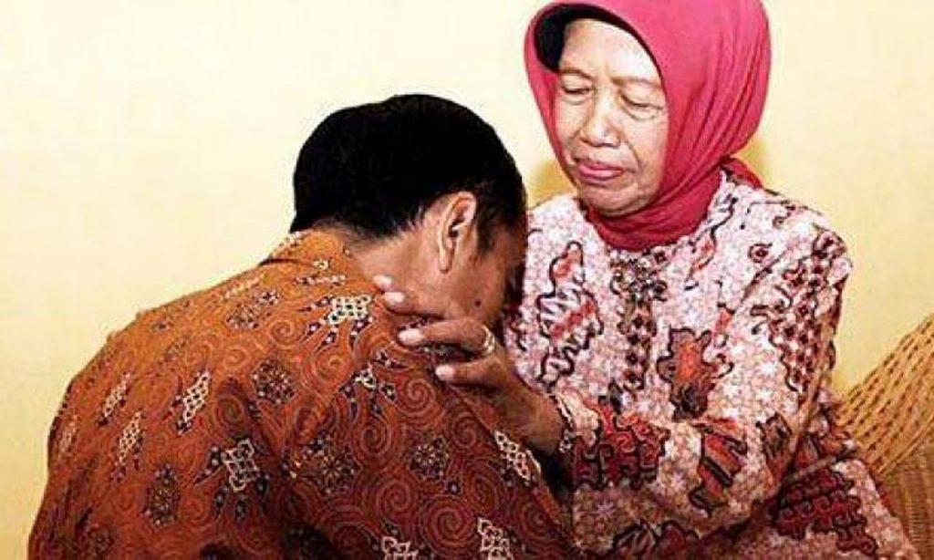 Presiden Jokowi Bersama Ibunda