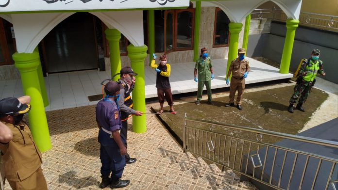 Polsek Nyalindung Terus-menerus Laksanakan Penyemprotan Disinfektan serta Himbauan di Wilayah Binaannya