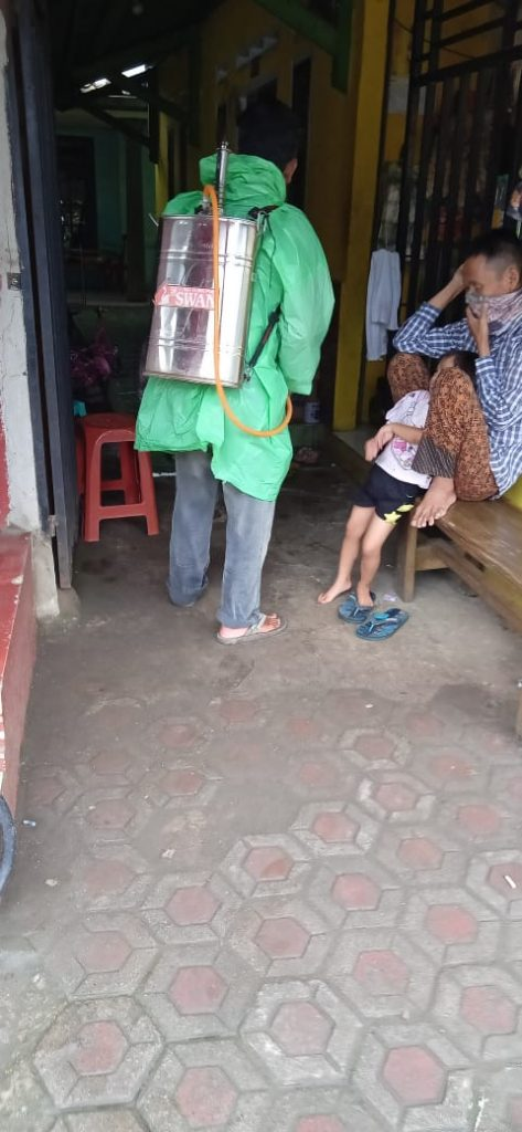 Puluhan Rumah di Kebonjati Kecamatan Parakansalak di semprot Disinfektan
