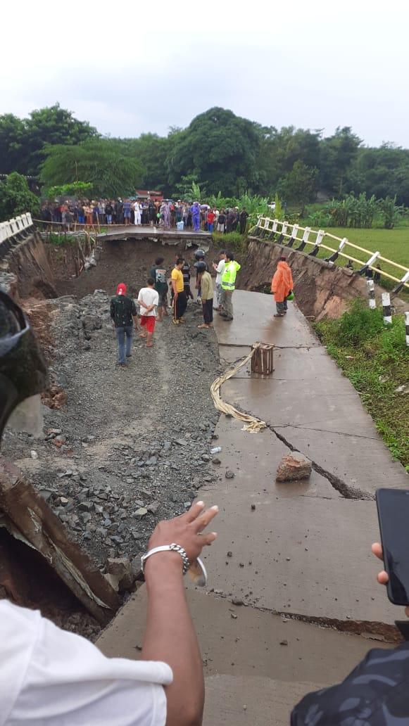 Jalan Penghubung Desa Cijunti Dan Desa Kertamukti Terputus