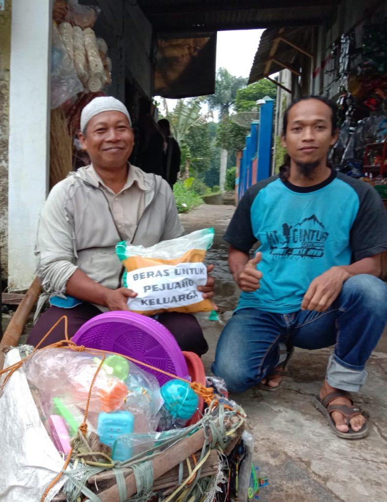 Darurat Corona, Relawan Bagikan Beras untuk Pejuang Keluarga