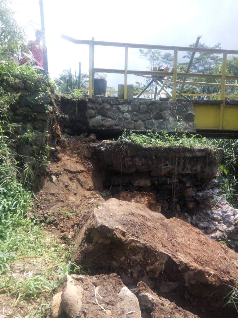 Jembatan Cileuleuy Nyaris Ambruk, Warga Minta Pemkab Cepat Tanggap
