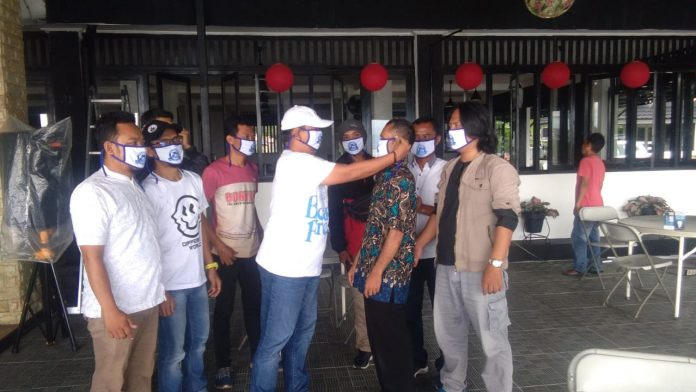 Pengusaha RM Dapoer Muara Kenari Citepus Bagikan Masker Kepada Jurnalis Palabuhanratu