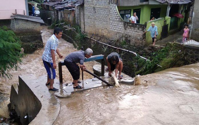Alami Pendangkalan dan Penyempitan, Sungai Meluap Rendam Permukiman di Sukabumi