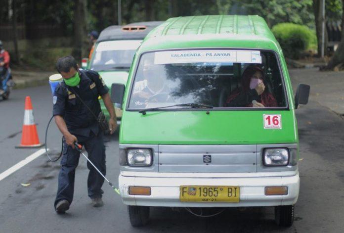 Dishub Kota Bogor Semprot Angkot Dengan Disinfektan dan Bagikan Sembako Untuk Sopir