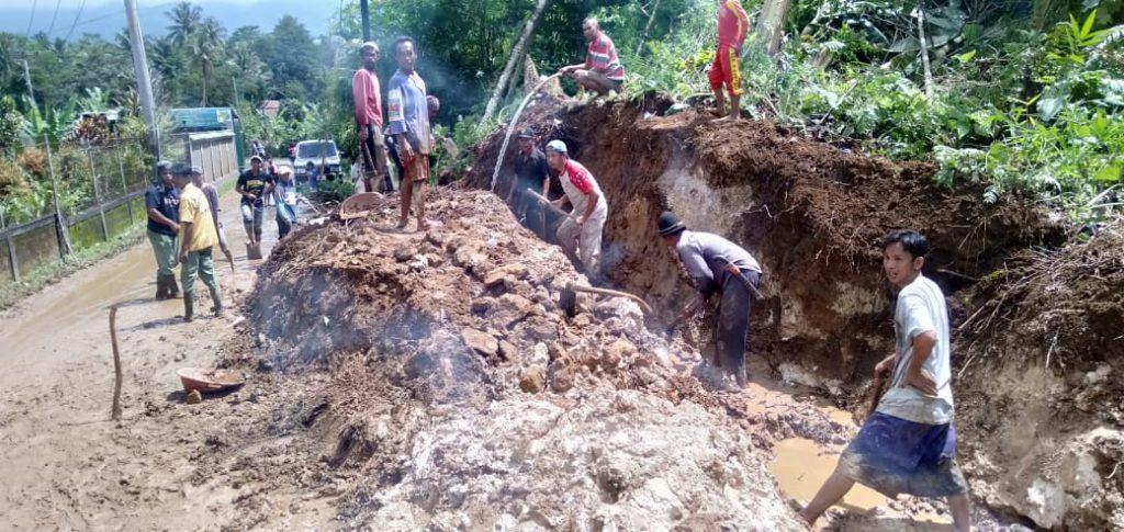 Saluran Irigasi dan Jalan Kabupaten di Desa Tangkil Cidahu yang Tertutup Longsor, Diperbaiki