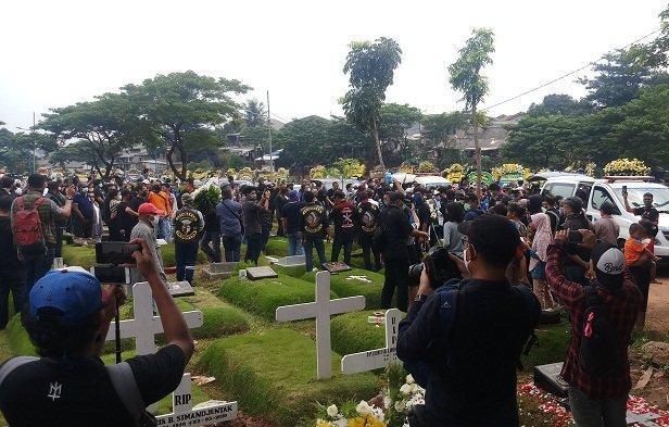 Pelayat Tetap Datang Meski Diimbau Untuk Tak Hadiri Pemakaman Gelenn Fredly
