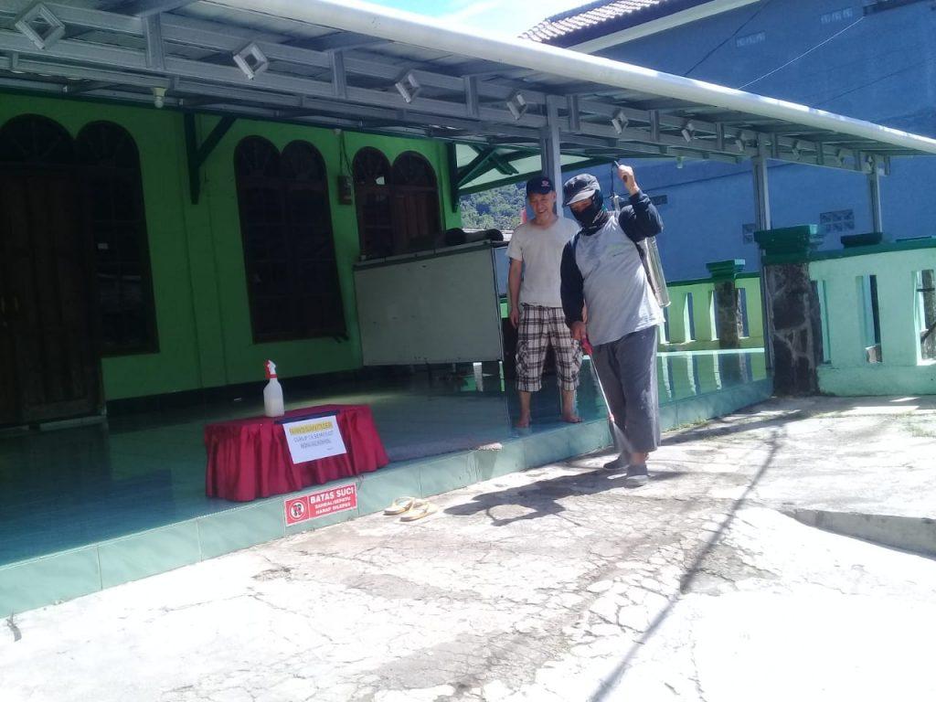 Warga Perum Bukti Randu Asri Cibadak Lakukan Penyemprotan Disinfektan