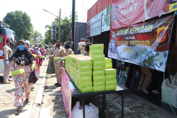 Polres Purwakarta Bagikan 750 Nasi Kotak bagi Warga Terdampak Covid-19