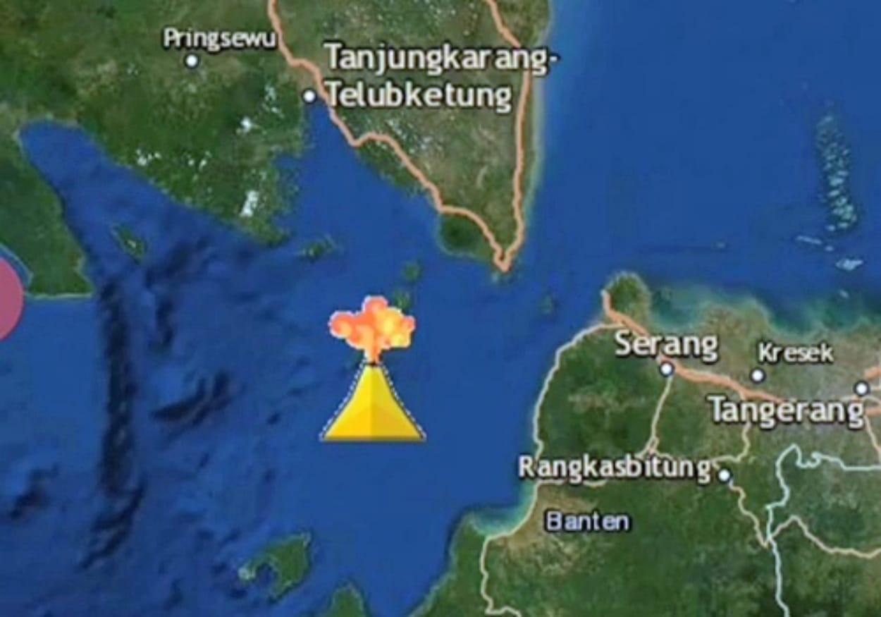 LAMPUNG - PVMBG melaporkan telah terjadi erupsi G. Anak Krakatau, Lampung pada tanggal 10 April 2020 pukul 22:35 WIB dengan tinggi kolom abu teramati ± 500 m di atas puncak (± 657 m di atas permukaan laut). Kolom abu teramati berwarna kelabu dengan intensitas sedang hingga tebal condong ke arah utara. Erupsi ini terekam di seismogram dengan amplitudo maksimum 40 mm dan durasi ± 38 menit 4 detik. Dari pantauan PVMBG terlihat bahwa letusan terus berlangsung sampai Sabtu pagi (11/4) pada pukul 05.44 WIB. BPBD Kabupaten Lampung Selatan melaporkan kondisi mutakhir di Kec. Rajabasa, Lampung Selatan: Sabtu, 11 April 2020 Pukul 04.00 WIB bahwa tidak terpantau adanya bau belerang dan debu vulkanik, hujan mulai turun hujan, dan masyarakat di Kec. Rajabasa terutama wilayah sepanjang pantai yaitu: Ds. Way Mulih, Ds. Way Mulih Timur dan Ds. Kunjir sudah berangsur - angsur kembali ke rumah masing-masing. Warga masih berjaga-jaga dan ronda untuk memantau kondisi yang ada. Upaya yang dilakukan antara lain: - TRC BPBD Kab. Lampung Selatan telah menghubungi tim pemantau G Api Krakatau, hasilnya yaitu: Status masih waspada (Level 2) dan aktivitas vulkanik sudah reda. Masyarakat dihimbau tidak panik. - TRC BPBD Kab. Lampung Selatan menggunakan mobil rescue memberi pengumuman kepada masyarakat untuk tetap tenang karena aktivitas G. Api Krakatau sudah reda. - TNI/Polri saat ini siaga di lokasi kejadian untuk membantu mengevakuasi warga. - Aparat desa dan camat setempat sudah berada di lokasi kejadian memberikan arahan kepada warga. Sampai pagi ini belum ada laporan kerusakan, petugas BPBD dan aparat setempat akan terus memantau dan melaporkannya. Agus Wibowo Kapusdatinkom BNPB
